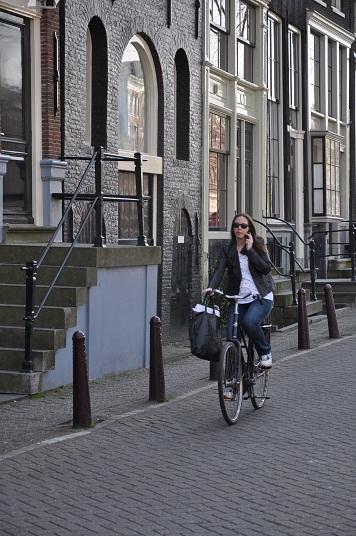 girl phone bike